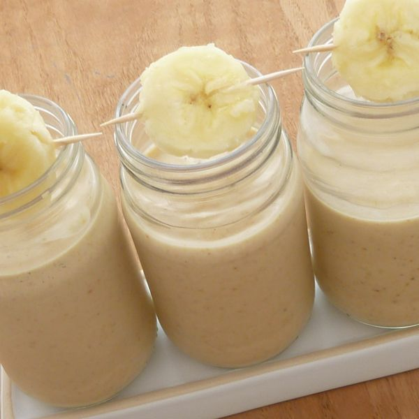 Peanut Butter Banana Smoothie Recipe serves 2 2 bananas sliced and frozen 1/4 cup oats 1/4 cup peanut butter 3/4 cup milk Put oats in blender and blend until they're powdery. Add remaining ingredients and blend until there are no more chunks of frozen banana. Garnish with fresh banana slices if desired.