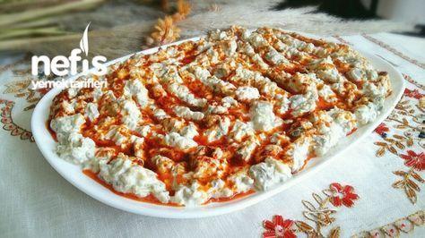 ✿ ❤ ♨ Labneli Köz Patlıcan Salatası (Muhteşem Lezzet) Malzemeler: 10 adet patlıcan (Közlenmiş)(patlıcan sayısını azaltabilirsiniz ve de marketlerde cam kavanozda satılan hazır közlenmiş patlıcan kullanabilirsiniz) 1 paket labne ( 200 gr ) 1 çay kaşığı tuz 2 tepeleme yemek kaşığı süzme yoğurt Üzerine ; 2 yemek kaşığı sıvı yağ 1 tatlı kaşığı tereyağ 1 çay kaşığı toz biber 1 çay kaşığı pulbiber.