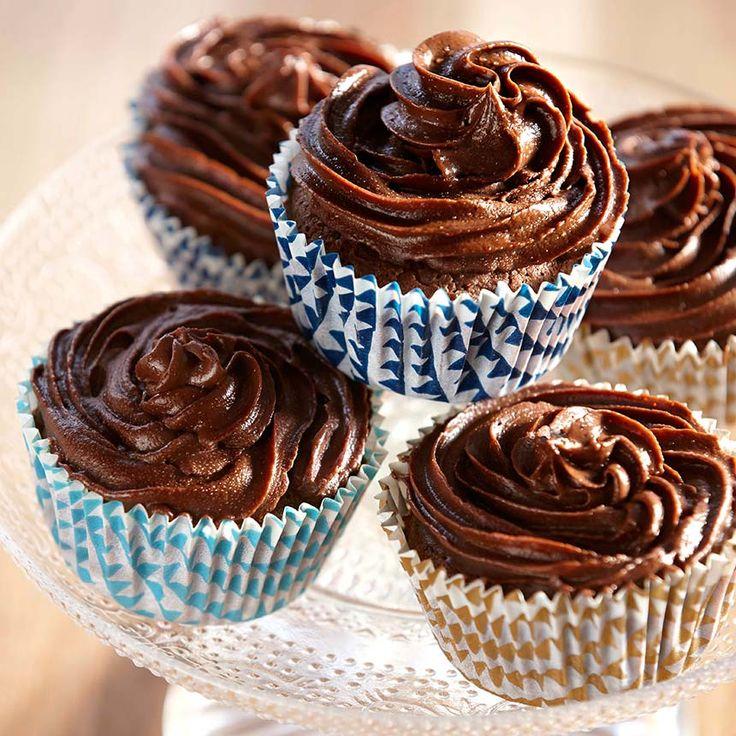 Saftiga muffins med en härlig chokladfrosting som är både gluten- och sockerfria! Foto Roger Olsson