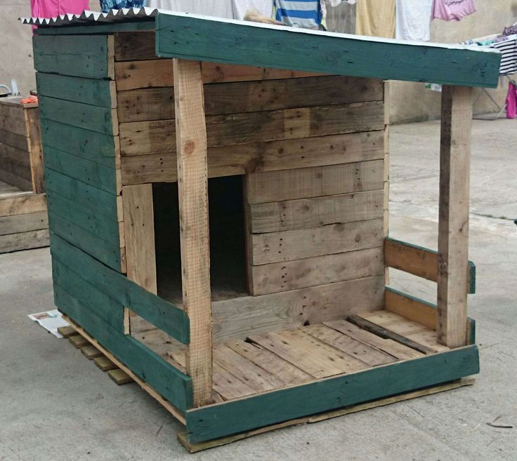 Nice Dog House Made With Recycled Pallets  #garden #palletdoghouse #recyclingwoodpallets A dog house built from pallet wood and half painted with fern wood-stain.   ...