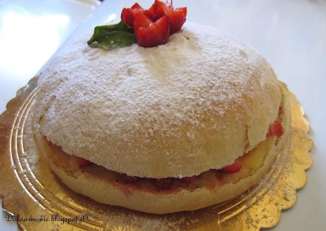 Maxi panino dolce con crema al limone e fragole