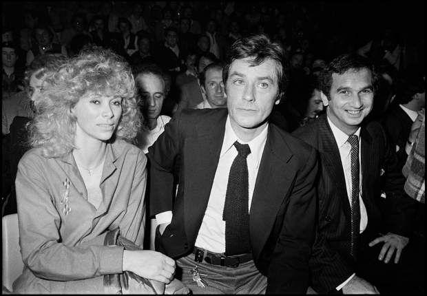 Les années 80 et sa mode des cheveux permanentés.Alain Delon and Mireille Darc. (Photo by Bertrand Rindoff Petroff/Getty Images)