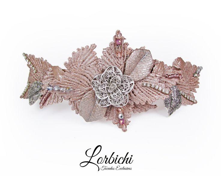 Tiara de hojas de pasamanería en rosa palo metalizado con pedrería en cristal y plateado. #hojas #tiara #novia #peinado #bridal #rosa #cristal #plata