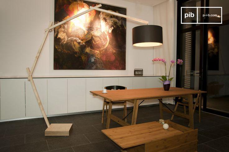 Questa lampada è stata realizzata rispettando tutti i canoni dello stile Scandinavo. Costruita con solido legno di faggio leggermente verniciato, è dotata di un paralume marrone con un interno dorato che diffonderà nell'ambiente una bellissima luce ambrata.
