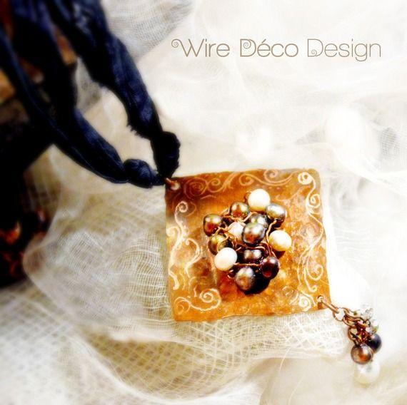 Nastro di seta e pendente in rame inciso a mano con applicazioni di perle di fiume