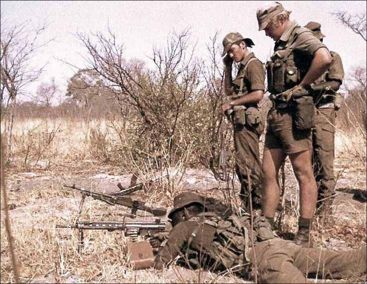 32 BAT/ Recces showing the finer points of an HK21 to a few SADF Soldaats.