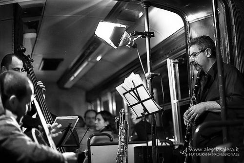 TramJazz: una serata di spettacolo che offre insieme un concerto jazz, un'ottima cena a lume di candela e un tour notturno nel centro di Roma, tutto a bordo di un tram storico, restaurato e risistemato come ristorante e sala da concerto viaggiante.