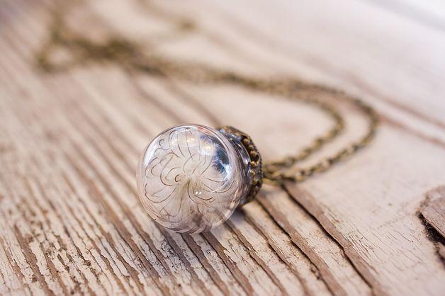 Naszyjnik z pierzastym kwiatkiem w szklanej kuli - SoRepublic - Naszyjniki szklane