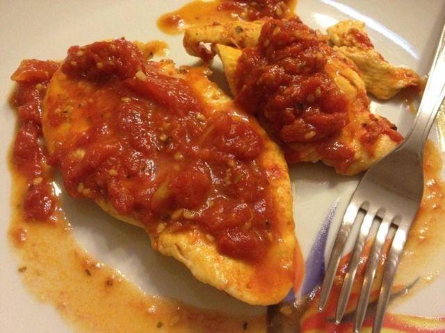 Condividi la ricetta... INGREDIENTI: 5 fettine di tacchino, 4 pomodori freschi, origano q.b. sale, olio evo, aglio. PREPARAZIONE: Sbucciare uno spicchio d'aglio e metterlo a soffriggere in una padella con un filo d'olio. Spellare i…