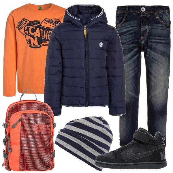 A me piace tantissimo l'abbinamento blu e arancio, per questo ho scelto questo look: giubbino con cappuccio da abbinare alla felpa arancio e al jeans con sabbiature. Gli accessori completano il look con grinta: zainetto berretto e sneakers.