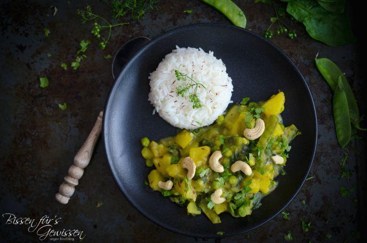 Für wirklich lange Zeit habe ich Indisches Essen schwer unterschätzt und kaum beachtet. Selber machen? Zu viel Arbeit! Bestellen? Nein, doch lieber Pizza. Als ich vegan wurde, stelle ich aber fest, dass indisch manchmal die einzige vegane Alternative ist, gerade wenn es darum geht Essen zu bestellen und das tue ich nun auch immer wieder gerne. Eigentlich jedes Mal, wenn ich bei meinem Lieblingsinder bestelle, nehme ich ein veganes Menü für 2 Personen, bestehend aus 3 Currys, Fladenbrot und…