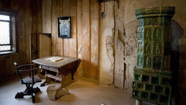 Bei dieser Bibelproduktion kamen Schafe zu Schaden:Das Arbeitszimmer in der Wartburg, in dem Martin Luther 1521 das Neue Testament übersetzte.