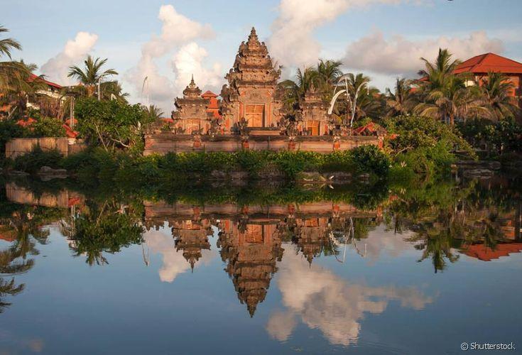 Bali, Indonésia: Esse pedaço de paraíso da Indonésia é em grande maioria visitado por turistas em busca de altas ondas e aventuras, e as praias de Padang-Padang e Uluwatu são as mais procuradas por surfistas! É claro que a ilha também conta com praias de águas calmas e ótimas para um dia de descanso, como a Green Bowl, Padawa e Dream Beach. As piscinas termais de Bali também fazem o maior sucesso, e a de Batur é a mais famosa delas! Em Bali, a religião hindu pode ser vista e sentida por…