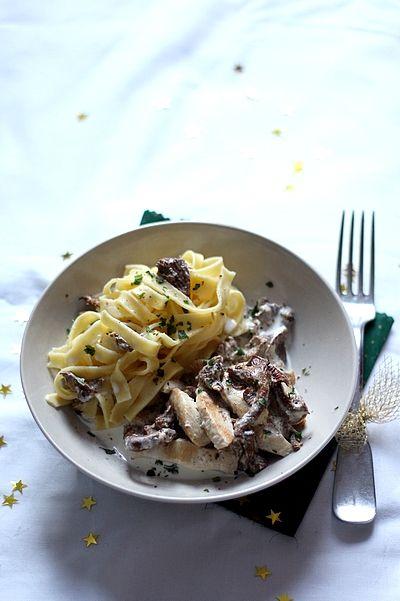 Suprême de poulet, sauce aux girolles et tagliatelles aux oeufs frais