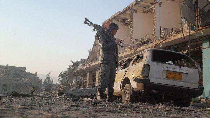 Nach dem Anschlag bietet sich vor dem deutschen Generalkonsulat in Mazar i-Sharif ein Bild der Verwüstung