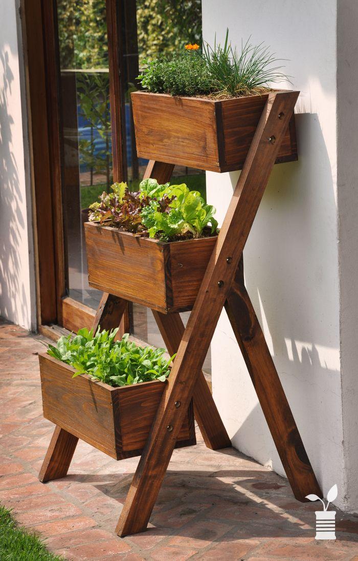 Una escalera de madera modificada con cajones, sirve para una excelente jardinera.