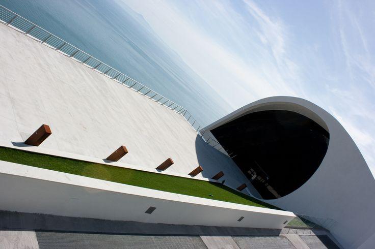 Terra, #mare e cielo: noi crediamo che questa perfetta #armonia fosse già in testa al grande architetto #Niemeyer prima di progettare questa meravigliosa opera affacciata sulla Costiera Amalfitana. Il nostro #PavimentoNuvolato applicato per la terrazza contribuisce all'equilibrio dell'insieme.