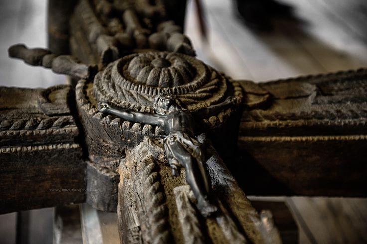 Janowiec » Ręcznej roboty, stary drewniany krzyż z Chrystusem, stanowiący część wystawy etnograficznej Muzeum Nadwiślańskiego oddział Janowiec.