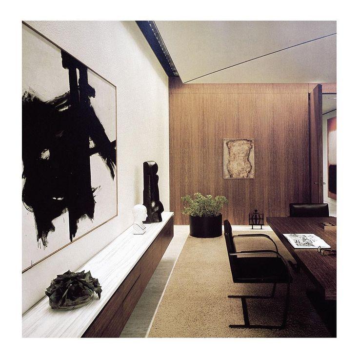 """Bild tagen 1965 i CBS-grundaren Willam S. Paleys våningsplan högt upp i TV-bolagets Eero Saarinen-ritade skyskrapa (kallad kort och gott """"Black Rock"""" för sin fasad i svart granit) på 51 West 52nd Street. Jag är väldigt förtjust i konceptuella inredningar och blir nästan rörd när jag ser att Paley valt att matcha de arkitektoniska elementen i det Florence Knoll-inredda kontoret med tidsenlig konst av bland annat Franz Kline och Mark Rothko. Hade vi dessutom tagit en tur hem till Paleys…"""