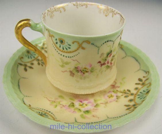 Šálek na čaj * smetanový porcelán se zdobeným zelenkavým okrajem, s malovanou květinovou dekorací.