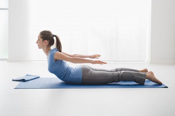A sáska póz a feneket, a hátat, a vállakat, a mellizmokat és a hasat egyszerre erősíti, így tökéletes választás az alakformáláshoz. Kezdésként feküdj hasra, tedd magad mellé a kezeidet tenyérrel lefelé, majd belégzéssel emelkedj fel a képen látható módon, a térdeid behajlítása nélkül. Tartsd magadat 30másodpercig, majd ismételd a gyakorlatot még ötször, kis szüneteket tartva.
