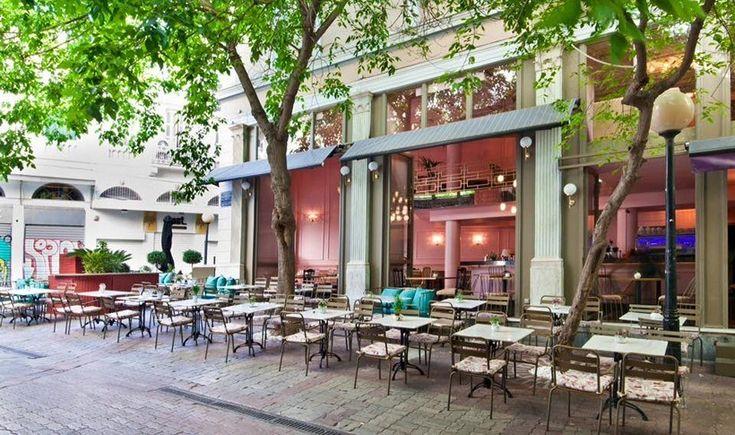 Η άνοιξη είναι εδώ και μας τραβάει έξω, για καφεδάκι στη λιακάδα και ποτό με θέα την περατζάδα. Ιδού επτά από τα πιο αγαπημένα μας cafe και μπαράκια που απλώνουν τα τραπέζια τους σε όμορφους πεζόδρομους του κέντρου.