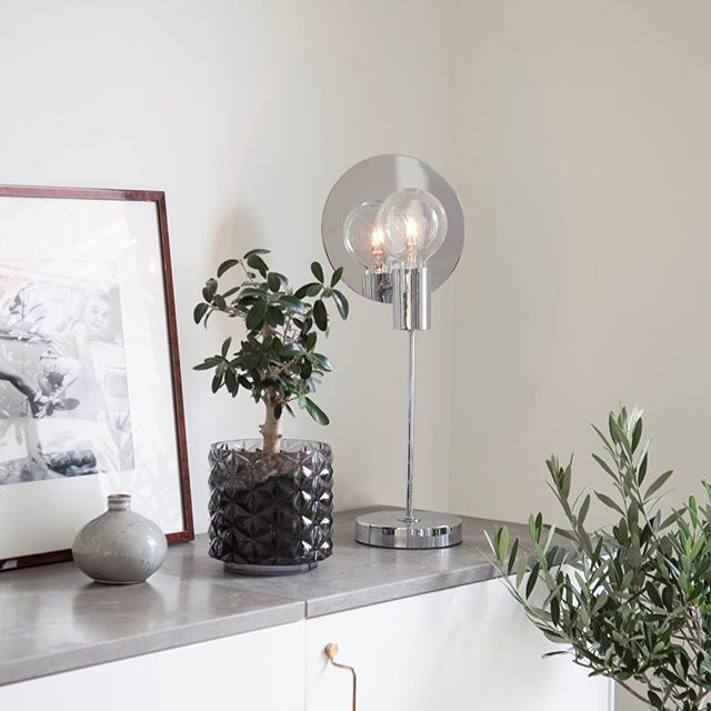 Chromed design table lamp in living room Gloria - By Rydens  #byrydens #gloria #tablelamp #pöytävalaisin #sessaklighting #sessak #scandinaviandesign #interiorlighting #interior #interiordecor #interiordesign #homedecor #homeinspo #interiorinspiration #valaisin #sisustus