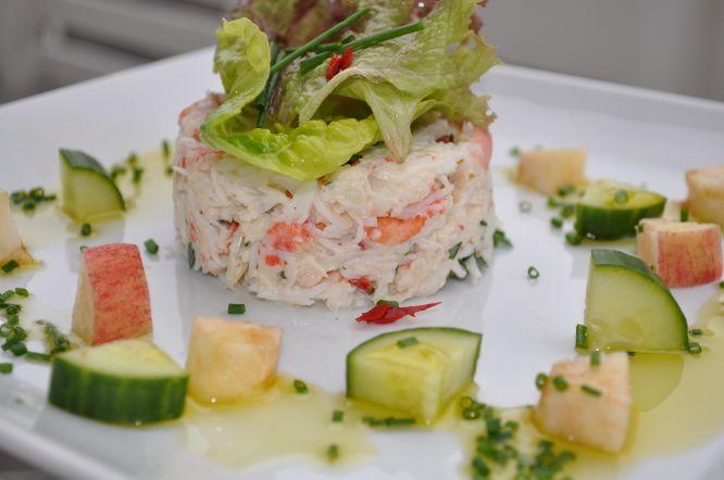 Kongekrabbesalat av krabbekjøtt, urter og hvitløksmajones servert sammen med frisk dressing av agurk, eple, olje og sitron