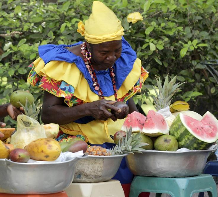 Los vendedores ambulantes de Cartagena aprovechan sus últimos días de ventas, para ofrecer sus productos, ya que desde hoy queda totalmente prohibida la comercialización  de cualquier artículo en la zona amurallada y cerca al centro de convenciones, donde estarán los 33 mandatarios para la Cumbre de las Américas. (Colprensa-Raúl Palacios).