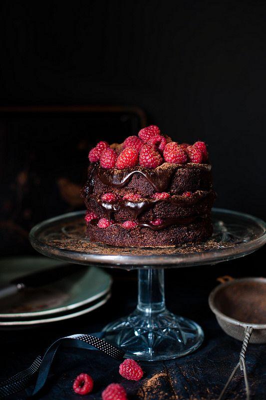 Bolo de fudge de chocolate amargo com framboesas   Dark chocolate fudge and raspberry cake.