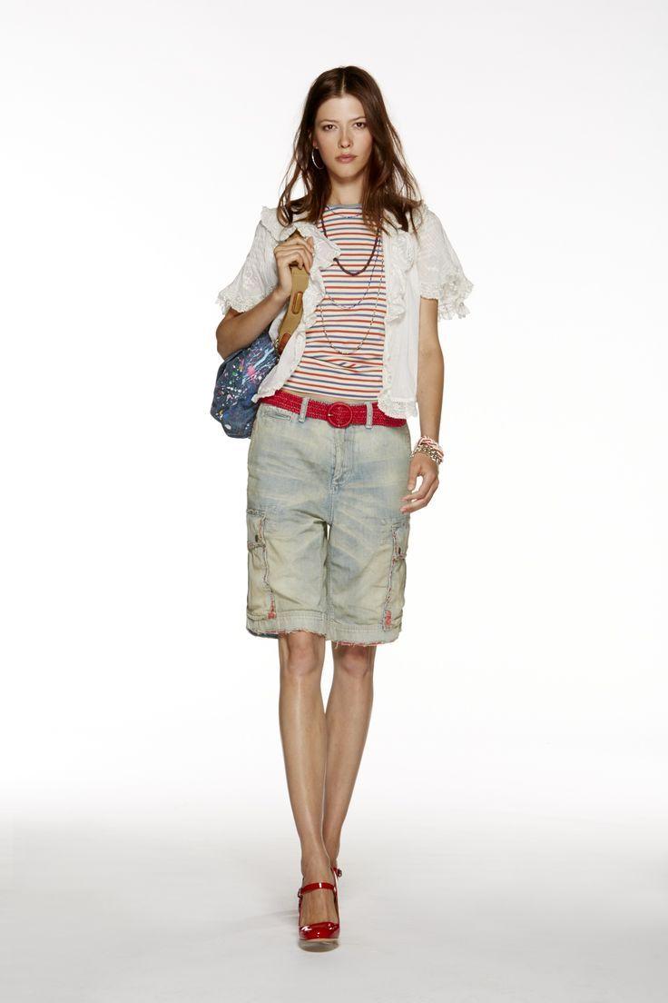 Collection POLO pour femmes Printemps 2015 : Chemisier en dentelle blanche, t-shirt en coton rayé multicolore, short en jean rapiécé, sac bandoulière en jean avec taches de peinture et Charles IX à talons hauts en cuir verni rouge