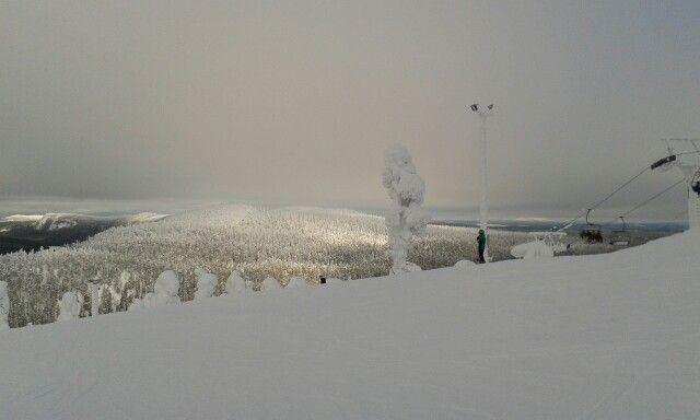 Kaukana aurinkoinen lumi huippu