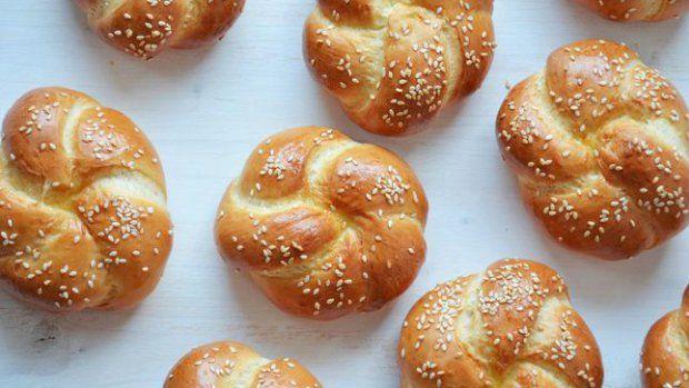 Nad pravé poctivé domácí pečivo není. Vyzkoušejte tentokrát místo chleba upéct housky. Je to trochu pracnější, ale rána budou odteď mnohem lepší!