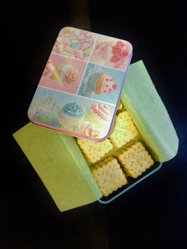 Caja con 30 galletitas de mantequilla sabor vainilla con mensaje.