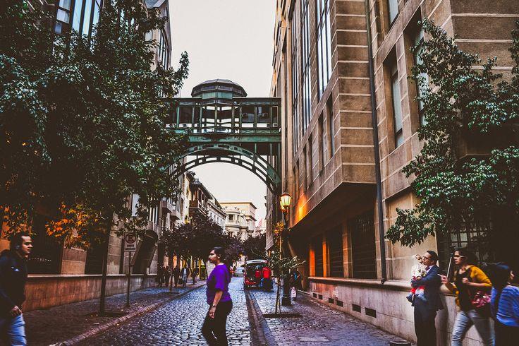 Otra foto más del barrio Paris, en pleno centro de Santiago. Uno de los pocos puentes de edificios que concuerdan con su entorno.