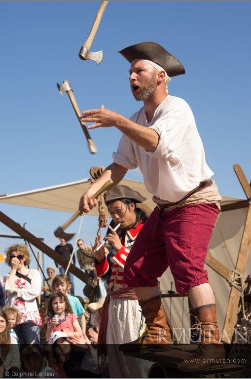 ©#delphineleguen ©#armutan #pirates #spectacle #fête #jongle #haches #équilibre #animation