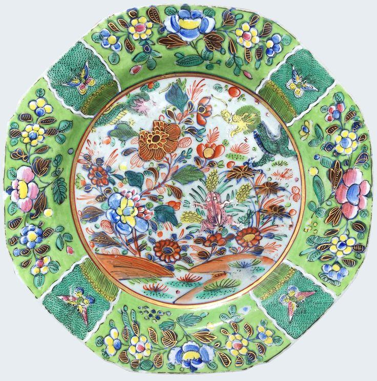 Assiette peinte dans les émaux de la famille rose et décorée en Angleterre d'époque Qianlong en porcelaine de Chine de la Compagnie des Indes Peinte dans les émaux de la famille rose, d'un paysage avec des fleurs et une grenouille. Sur l'aile, des réserves fleuries.