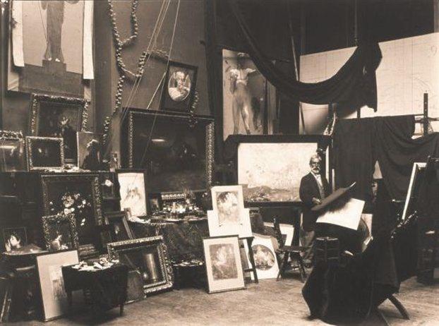 Gyzis Nikolaos surrounded by his works // Ο Νικόλαος Γύζης περιτριγυρισμένος από έργα του την περίοδο της συνεργασίας του με την Ακαδημία Καλών Τεχνών του Μονάχου (τέλη 19ου αιώνα). «Νικόλαος Γύζης» εκδόσεις Αδάμ, 1995, Νέλλη Μισιρλή