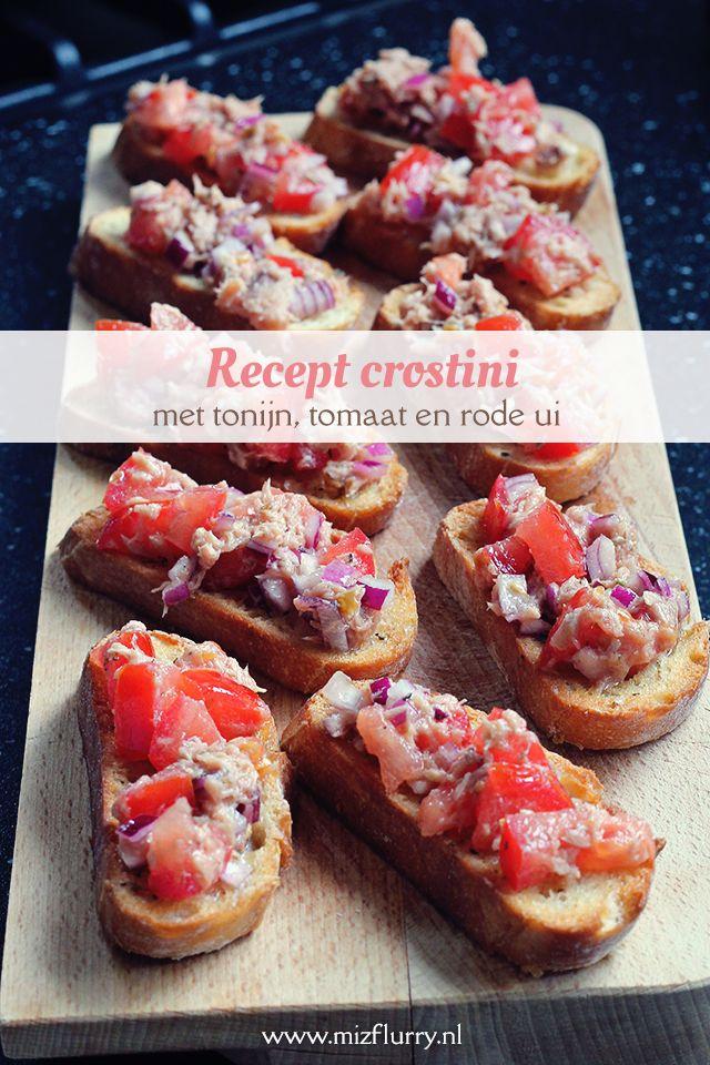 Overheerlijk recept voor zelfgemaakte crostini belegd met een mengsel van tonijn, tomaat en rode ui.