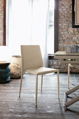 Elegáns stílusos és időtálló stílusú, puha tapintású bőrszövet szék. Nizza három féle színben választható, az üléshuzat és a láb színei harmonizálnak. Nagyon praktikus, hiszen rakásolható.