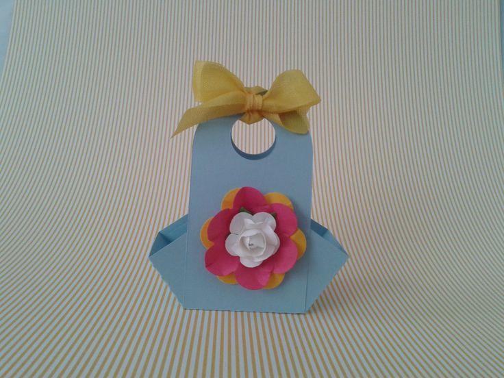 A mini cestinha Flor pode ser utilizada como lembrancinha e para decorar a mesa no aniversário, 15 anos, batizado, primeira comunhão ou chá de bebê. <br> <br>Sugestão de recheio: balas de coco, amêndoas, bombons, biscoitinhos ou mini sabonete. <br> <br>A cestinha pode ser confeccionada em outras cores de papel liso (azul, amarelo, beje, pink, rosa, verde) <br> <br>Temos outros temas: coroa, urso, pezinho, borboleta, passarinho, anjo, dente, coração, gato, estrela, flor de liz, floco de…