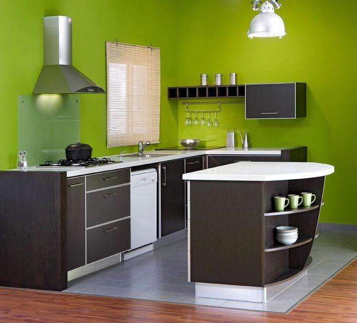 מטבח קומפקטי עם אי בצבע כהה על רקע קיר ירוק בסגנון מודרני