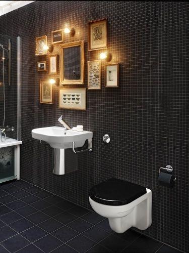 Et meget stemningsfuldt badeværelse med mini galleri. Skønt rum, selv toiletpapiret er sort. Source: bylittlewilma.blogspot.dk