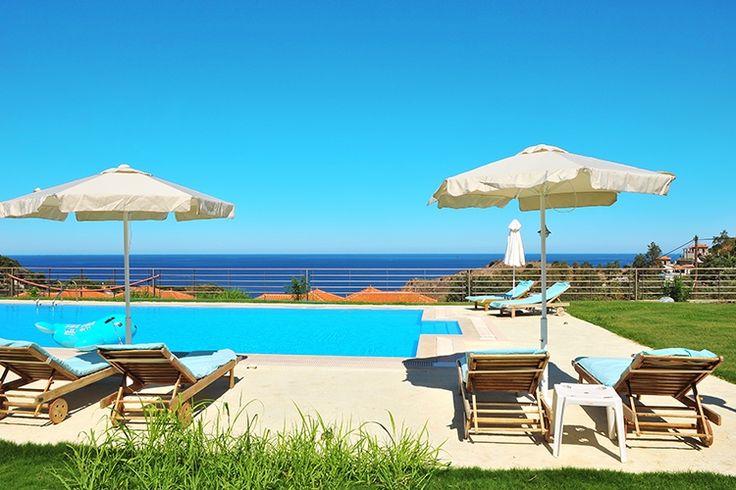 Description: Ruime en luxeappartementen met zwembad en zeezicht voor een comfortabele Griekenland vakantie Luxe2- en 3-kamer appartementen in kleinschalig familie complexje Molivos Residence is zo'n kleinschalig complexje met kleurrijke huisjes gelegen op een heuvel waar je het echte Griekenland ervaart. Het Griekenland van rust ruimte ongedwongen charme en oprechte gastvrijheid. De ruime appartementen zijn van al het mogelijke comfort voorzien. In Molivos Residence kom je in je vakantie…