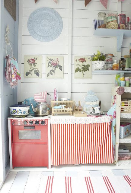 Old fashioned 39 beach hut 39 style interior water homes for Beach hut interior ideas