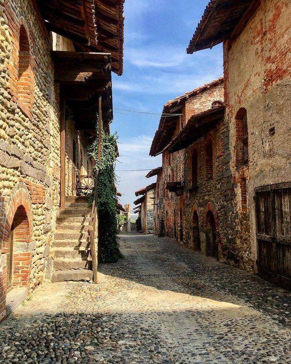 Architettura medievale in Piemonte - Ricetto di Candelo, il borgo  #ricetto #ricettocandelo… instagram.com/p/BZmFwnUFhkb/
