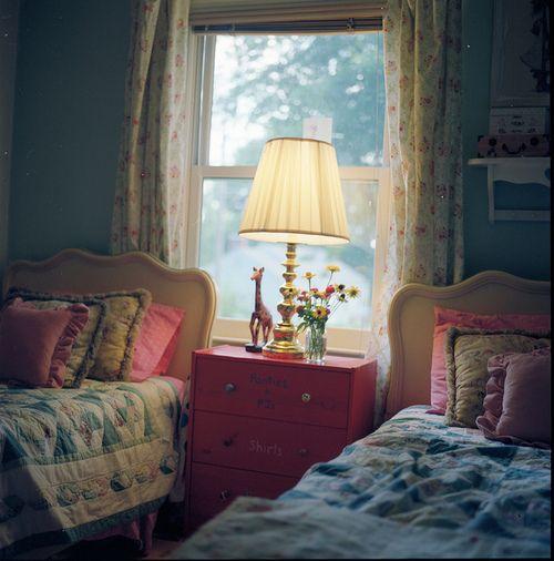 so cozy: Kids Bedrooms, Dreams Houses, Decor Ideas, Children Bedrooms, Cute Kids, Little Girls Rooms, Bedside Tables, Guest Rooms, Kids Rooms