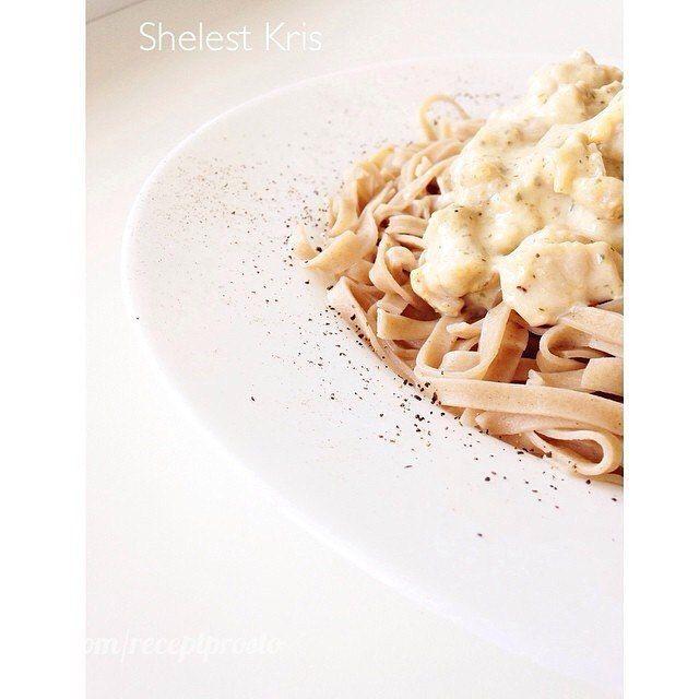 🍝Рецепт пасты с курочкой: 1. Курица (филе) 700гр 2. Лук 1 шт 3. Чеснок  4. Сушеные белые грибы/ можно и шампиньоны  5. Соль/перец по вкусу 6. Плавленый сливочный сырок 7. Сметана  Филе порезать на маленькие кусочки и обжарить/потушить с луком в мульте или на сковороде без масла  Добавить чеснок и перец соль по вкусу. Затем добавляем сметану 10% (маленькая баночка) и сушеные белые грибы:)) если делать с шампиньонами, то их добавить вместе с чесноком ). Раньше на этом все и заканчивалось..я…