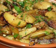 Молодой картофель, жареный с грибами, луком и домашней колбасой фото рецепт приготовления
