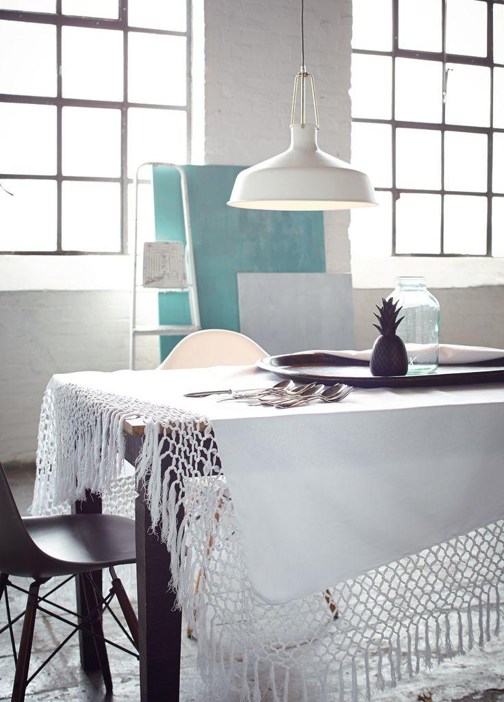 Der breite geknüpfte Rand und die ausgesprochen langen Fransen (ca. 17 cm) machen diese schlichte weiße Tischdecke zu einem ganz besonderen Stück.